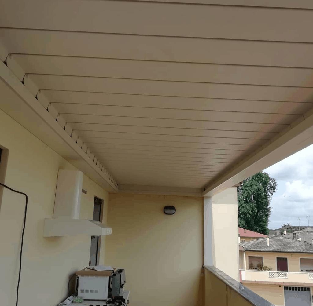 Pergola bioclimatica con lamelle orientabili per terrazzo Rovigo
